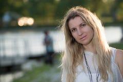 Mujer joven rubia atractiva en un parque Fotos de archivo