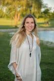 Mujer joven rubia atractiva en un parque Imagen de archivo libre de regalías
