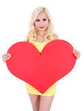 Mujer joven rubia con el corazón grande de la tarjeta del día de San Valentín aislado Imágenes de archivo libres de regalías