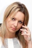 Mujer joven rubia con el teléfono móvil foto de archivo