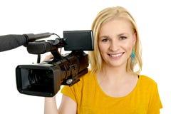 Mujer joven rubia con la videocámara video profesional, en blanco Foto de archivo