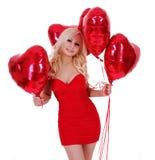 Mujer joven rubia con los globos para el día de tarjetas del día de San Valentín Foto de archivo