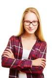 Mujer joven rubia con sus brazos cruzados Imagen de archivo libre de regalías