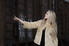 Mujer joven rubia contra un tren de carros Imagen de archivo