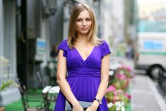 Mujer joven rubia en la ciudad foto de archivo libre de regalías