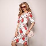 Mujer joven rubia en vestido floral del verano de la primavera Fotos de archivo libres de regalías