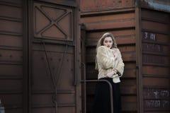 Mujer joven rubia entre de un tren de carros Foto de archivo libre de regalías