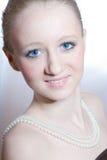 Mujer joven rubia hermosa con el collar de las perlas fotografía de archivo