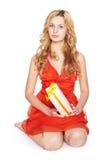 Mujer joven rubia hermosa con la caja de regalo. Foto de archivo