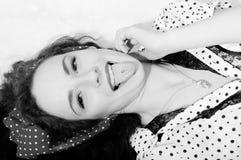 Mujer joven rubia hermosa divertida que se divierte Imagen de archivo