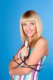 Mujer joven rubia hermosa que canta en micrófono Imagenes de archivo