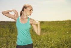 mujer joven rubia que ejercita en la foto de la yoga del aire libre Fotografía de archivo