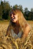 Mujer joven rubia que ríe de corazón imagen de archivo