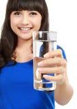 Mujer joven sana con el vidrio de agua dulce fotografía de archivo