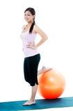 Mujer joven sana con la bola del balance Foto de archivo libre de regalías