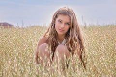Mujer joven sana en campo de trigo del verano Imagenes de archivo