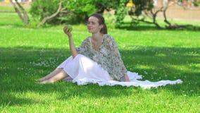 Mujer joven sana que come la manzana verde y la sonrisa metrajes