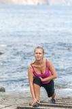 Mujer joven sana que corre en la playa del thr Fotografía de archivo libre de regalías