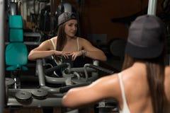 Mujer joven sana que hace el ejercicio para la parte posterior Imagen de archivo libre de regalías