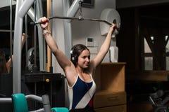 Mujer joven sana que hace el ejercicio para la parte posterior Foto de archivo