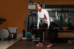 Mujer joven sana que hace el ejercicio para la parte posterior Imagenes de archivo