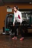 Mujer joven sana que hace el ejercicio para la parte posterior Fotos de archivo libres de regalías
