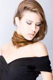 Mujer joven sensual con el pelo largo sobre su cuello foto de archivo