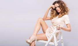 Mujer joven sensual con los zapatos del tacón alto Fotos de archivo