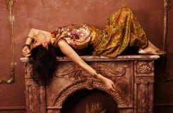 Mujer joven sensual de la belleza en estilo oriental adentro Imagenes de archivo