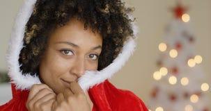 Mujer joven sensual en un equipo de Santa Claus Imagen de archivo libre de regalías