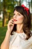Mujer joven sensual, presentando dulce en el jardín Fotos de archivo