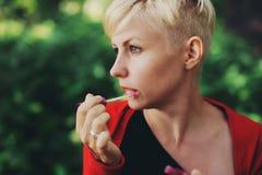 Mujer joven sensual que aplica los cosméticos en sus labios Imagen de archivo