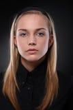 Mujer joven seria en negro Imagenes de archivo