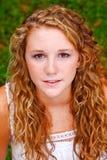Mujer joven seria hermosa con el pelo rizado Fotos de archivo
