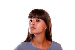 Mujer joven seria que le mira en la blusa azul Fotos de archivo libres de regalías