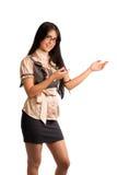Mujer joven shoing algo Imagenes de archivo