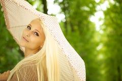 Mujer joven soñadora en parque fotos de archivo