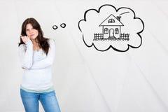 Mujer joven soñadora que desea hacer una estructura de la casa simbolizar por h imagen de archivo