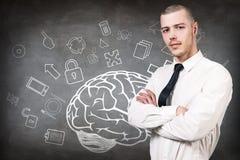 Mujer joven sobre bosquejo del cerebro en el muro de cemento Imágenes de archivo libres de regalías