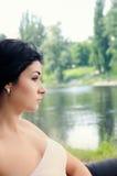 Mujer joven sofisticada que pasa por alto un lago fotos de archivo libres de regalías