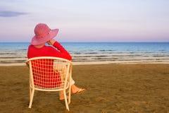 Mujer joven sola cerca del océano Imagen de archivo