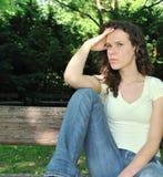 Mujer joven sola en dolor al aire libre Imágenes de archivo libres de regalías
