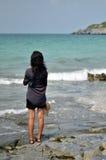 Mujer sola en la playa Imagenes de archivo