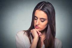 Mujer joven sola triste que mira abajo Fotografía de archivo