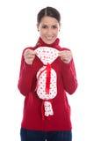 Mujer joven sonriente aislada en el rojo que lleva a cabo un presente en su Han Fotografía de archivo libre de regalías