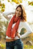 Mujer joven sonriente al aire libre Fotos de archivo