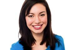 Mujer joven sonriente atractiva fotografía de archivo libre de regalías
