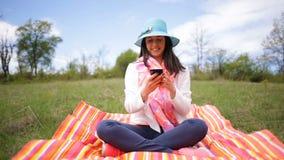 Mujer joven sonriente atractiva que toma el selfie Resbale el resbalador metrajes