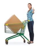 Mujer joven sonriente con el carro de la compra Imagen de archivo libre de regalías