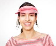 Mujer joven sonriente con el casquillo Imagenes de archivo